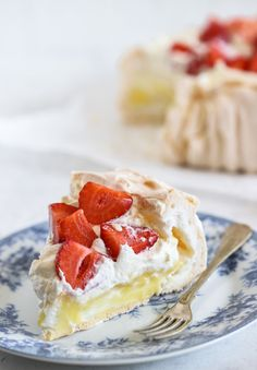Pavlova med vaniljkräm och jordgubbar is part of Desserts - Fancy Desserts, No Bake Desserts, Dessert Recipes, 3ingredient Peanut Butter Cookies, Poke Cake Recipes Chocolate, 3 Ingredient Cheesecake, Grandma Cookies, Hot Cocoa Recipe, Swedish Recipes