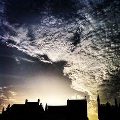 Zonsondergang in het historische centrum van Brugge #sunshine #sunset #brugge #sky #skylovers #clouds #cloudlovers - @marcel_tettero- #webstagram