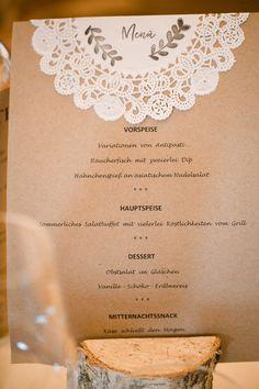 Menükarte aus Kraftpapier mit Tortenspitze bei der Hochzeit.  Foto: Annika & Gabriel Fotografie