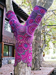 Tis tree tried to go under cover but the colours were too powerful to fully succeed......  Yarn bombing
