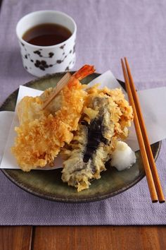 [Tempura] This is one of the well-known Japanese food! Tempura is a fritter-like dish of seafoods, vegetables and mountain vegetables dipped in a flour-and-water batter and deep-fried in vegetable oil. People also enjoy feeling seasons by eating Tempura of seasonal ingredients.