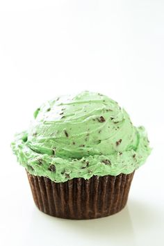 Chocolate+Cupcakes+with+Fluffy+Mint+Chocolate+Chip+Buttercream+Frosting