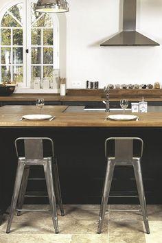 La cuisine aménagée comme au comptoir...
