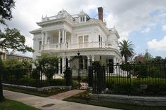 An Italianate Victorian in the Garden district of New Orleans. House of this type are often referred to as wedding-cake houses because of their ornate detailing. Designed by McDugald-Steele Landscape Architects Victorian Style Homes, Victorian Design, Victorian Fashion, Folk Victorian, Victorian History, Victorian Kitchen, Traditional Exterior, Traditional Wedding, Second Empire