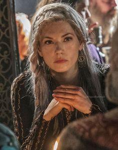 Katheryn Winnick as Lagertha in Vikings Ragnar Lothbrok, Lagertha Hair, Bracelet Viking, Viking Jewelry, Celtic Braid, Vikings Tv Show, The Vikings, Vikings Season, Viking Hair
