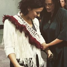 Demi Lovato being presented a Kiri Nathan contemporary korowai at her concert in New Zealand Warriors Shirt, Lights Tour, Maori Designs, Maori Art, Lady And Gentlemen, Demi Lovato, How Beautiful, Wearable Art, Front Row