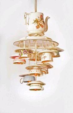 Творческий взгляд на вещи помогает создать из обычных столовых приборов креативные светильники. Супер-бюждетный вариант — абажур-венчик. Вероятно, он создает интересный световой узор на стенах и потолке. Вместо свеч можно вкрутить маленькие лампочки. Ложки и вилки тоже идут в дело. Их используют в качестве основы светильника или как подвески.