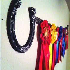 Ribbon holder: horse shoes, rhinestones, ribbon, and lots of patience. Horse Ribbon Display, Show Ribbon Display, Horse Show Ribbons, Diy Ribbon, Ribbon Crafts, Diy Crafts, Ribbon Boards, Horseshoe Crafts, Horseshoe Decorations