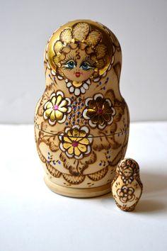 Muñeca del babushka rusa Matrioska anidando conjunto de por Limbhad