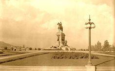 Vista de Plaza Baquedano de Santiago en el año 1930 con la misma estatua ecuestre que perdura hoy día del General Manuel Baquedano, el Comandante en Jefe durante la Guerra del Pacífico. Fíjense en el detalle de la publicidad en el margen inferior izquierdo.
