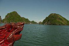 Vietnam 02 Bahía de Ha Long ituada en el golfo de Tonkín, la bahía de Ha Long cuenta con unas 1.600 islas e islotes que forman un espectacular paisaje marítimo de pilares calcáreos. Debido a su escarpado relieve, la mayoría de esas islas están deshabitadas y su naturaleza no se ha visto nunca alterada por la presencia del hombre. Además de su excepcional valor estético, este sitio presenta un gran interés en el plano biológico.