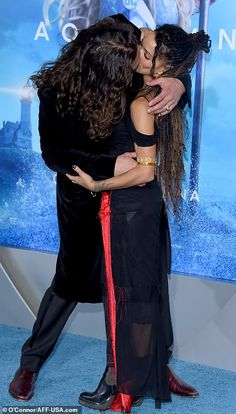 Jason Momoa packs on the PDA with wife Lisa Bonet at Aquaman premiere in Los Angeles