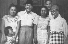 Sukarno with Agus Salim and his family Old Pictures, Old Photos, Vintage Photos, Real Hero, My Hero, Minangkabau, Great Father, Dance Art, Historical Pictures