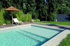Nuestras escaleras con escalones ergonómicos permiten acceder a las piscinas Desjoyaux y también sirven para relajarse.