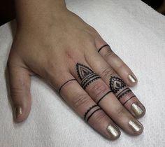 Tatuagem Feminina na Mão e nos Dedos