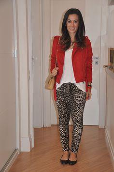 Jaqueta de couro sintético vermelho e calça onça.