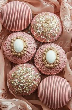 Pink and Gold Cupcakes Gold Cupcakes, Fun Cupcakes, Wedding Cupcakes, Cupcake Cookies, Mademoiselle Cupcake, Cupcakes Bonitos, Beautiful Cupcakes, Small Cake, Everything Pink