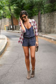 trendy_taste-look-outfit-street_style-ootd-blog-blogger-fashion_spain-moda_españa-camisa_cuadros-oversize-plaid_shirt-cowboy_booties-botines_camperos-shorts-zara-hype-sunglasses-11