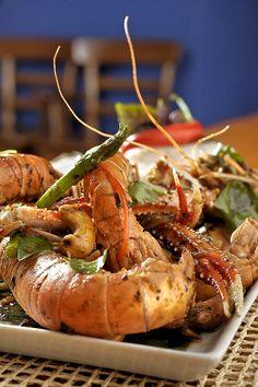 Lagostins com chilli jam, prato que integra o Festival da Pimenta do restaurante Obá: os crustáceos são salteados na panela wok com geleia de pimenta, folhas de limão, aspargos e manjericão (Foto: Divulgação)