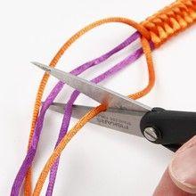 12945 Gevlochten, satijnen armbanden met plastic kralen
