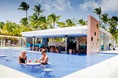 Elija de una gran variedad de bebidas en los bares del Hotel Riu Palace Macao. El Hotel Riu Palace Macao (Todo Incluido 24h) es un impresionante complejo de 5 estrellas situado en la ciudad de Punta Cana, República Dominicana, sobre la playa de Arena Gorda. Hotel Riu Palace Macao – Hotel en Punta Cana – Hotel en República Dominicana - RIU Hotels & Resorts