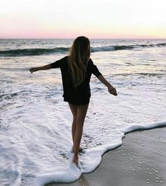 Summer Vibes :: Beach :: Friends :: Adventure :: Sun :: Salty Fun :: Blue Water :: Paradise :: Bikinis :: Boho Style :: Fashion + Outfits :: Discover more Summer Photography + Summertime Inspiration Image Tumblr, Ft Tumblr, Beach Tumblr, Tumblr Hipster, Tumblr Girls, Shotting Photo, Poses Photo, Photo Shoot, Insta Photo Ideas