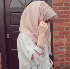Discovered by ⚘. Find images and videos about cute, girls and hijab on We Heart It - the app to get lost in what you love. Hijabi Girl, Girl Hijab, Hijab Outfit, Stylish Hijab, Hijab Chic, Father And Girl, Hijab Style Tutorial, Muslim Women Fashion, Muslim Hijab