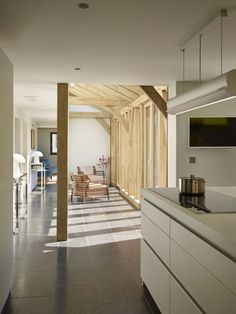 Open plan oak frame house by Roderick James Architects. Photo credit Sapphire Spaces (http://www.sapphirespaces.co.uk)