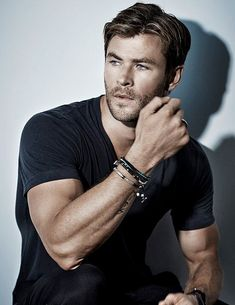 """Chris Hemsworth, rescue me Thor"" Chris Hemsworth Thor, Hemsworth Brothers, Australian Actors, Hommes Sexy, Hot Actors, Chris Evans, Celebrity Crush, Celebrity Guys, Celebrity Style"