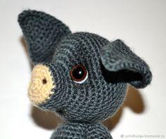 Мастер-класс по созданию вязаного поросенка – Ярмарка Мастеров Crochet Pig, Crochet Animals, Crochet Toys, Holiday Crochet Patterns, Crochet Buttons, Cat Crafts, Amigurumi Patterns, Softies, Handmade Toys