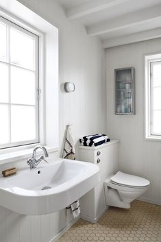 white bathroom with a big window Boat Shed, Toilet Room, Block Island, White Cottage, Big Windows, Cabin Plans, Nordic Style, White Bathroom, Clawfoot Bathtub