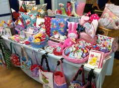 Lots of pretty baskets. I like the claps that hold the table cloth and purses at the edge of the table Craft Stall Display, Craft Show Booths, Craft Booth Displays, Bag Display, Craft Show Ideas, Display Ideas, Suitcase Display, Booth Ideas, Craft Font