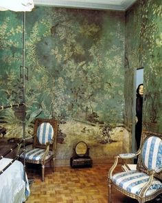 Another hidden door accomplished by wallpapering it as part of the wall! If Mrs de Rothschild did it, it MUST be a good idea. :-) Pauline de Rothschild in her Paris apartment bedroom, decorated in century chinoiserie wallpaper Chinoiserie Wallpaper, Of Wallpaper, Gracie Wallpaper, Chinese Wallpaper, Beautiful Wallpaper, De Gournay Wallpaper, Scenic Wallpaper, Antique Wallpaper, Painted Wallpaper