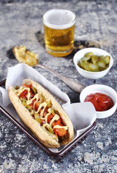Veganský hot dog s pivní cibulí a nakládanou okurkou