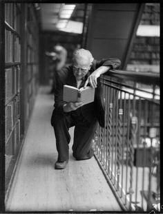 froissement frémissement portrait lecture reading man bibliotheque l… People Reading, Book People, I Love Books, Books To Read, My Books, Reading Room, Love Reading, How To Read People, Lectures
