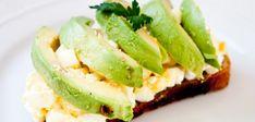 Sanduíche de ovos e abacate