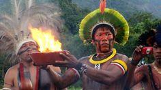 Índio kayapó participa da cerimônia de acendimento do fogo sagrado ancestral indígena