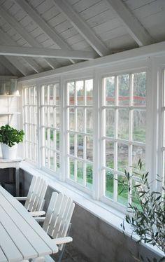 Julias Vita Drömmar: Växthuset i maj Cheap Greenhouse, Backyard Greenhouse, Greenhouse Ideas, Outdoor Rooms, Outdoor Living, Casas Magnolia, Porches, Porch Windows, Transom Windows