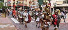 Legión romana y gladiadores por la plaza Madrid de Almuñécar, camino a la playa Puerta del Mar