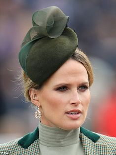 ITV Racing presenter Francesca Cumani looked impeccable in an elegant green hat. Races Fashion, Emo Fashion, Gothic Fashion, Ladies Day Outfits, Hat For The Races, Thigh High Boots Heels, Heel Boots, Zara Phillips, Races Outfit