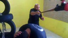 Usando luva e bastão de baseball Kombato