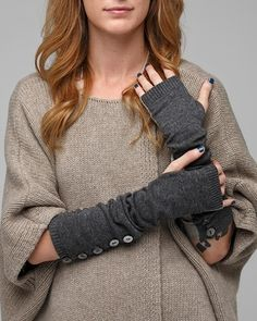 Always cold during the winter? Recycle an old sweater to make fingerless wrist warmers Old Sweater, Cozy Sweaters, Upcycled Sweater, Sweater Blanket, Sew Over It, Fingerless Gloves Knitted, Diy Couture, Wrist Warmers, Winter Accessories