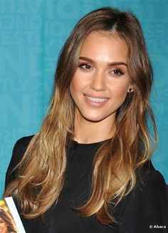 Jessica Alba looks great with a subtle ombre hair dye, which she showed off in a long, loose style as she signed copies of her new book 'Jessica Alba The Honest Life' at Vroman's Book Store in Pasadena on 16 March 2013 in California. Subtle Ombre Hair, Dyed Hair Ombre, Hair Dye, Subtle Balayage, Hair Color Images, Hair Color Pictures, Jessica Biel, Dark Roots Hair, Brown Hair Shades
