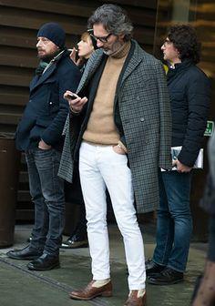 【チェック柄コート】タートルネック×白パンツの着こなし(メンズ)   Italy Web