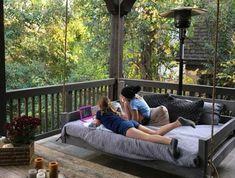 terrasse couverte pergola avec grand lit suspendu fait à partir de pallettes