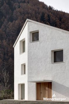 The modern single-family house in located in South Tyrol. It has been built with a monoloithic wall construction using Wienerberger clay blocks.  Photographer: Gustav Willeit Photography