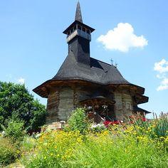 Besuch einer kleinen netten Holzkirche am Stadtrand von Chisinau #taipantouristik #moldau #moldova #sightseeing #rundreise #reiseblogger #kirche #immereinereisewert #soschön Romania, Cabin, House Styles, Instagram, Home Decor, Round Trip, City, Nice Asses, Decoration Home
