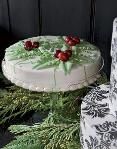 So many people seem to be cutting back on sweets but hate to completely skip out on dessert. A single layer cake, nicely decorated like this, allows everyone to indulge a bit and enjoy the festivities.  An added bonus: the decorating is easier and the dessert goes farther.   What a great idea.