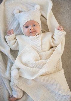 Bilderesultat for hentesett baby Baby Knitting Free, Knitting For Kids, Knit Baby Sweaters, Knitted Baby Clothes, Free Baby Patterns, Baby Knitting Patterns, Crochet Bebe, Crochet Baby Hats, Baby Diary