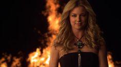 Emily on Revenge. She's a badass! Revenge Cast, Revenge Series, Revenge Tv Show, Tv Series, Teaser, Ontario, Black Dress Red Carpet, Amanda Clarke, Emily Vancamp